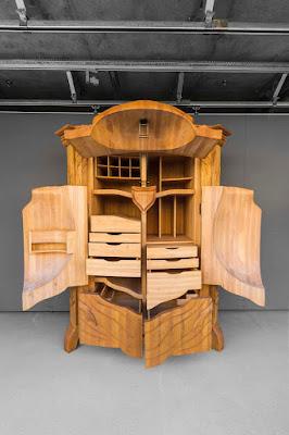 Mueblede madera  tallado a mano