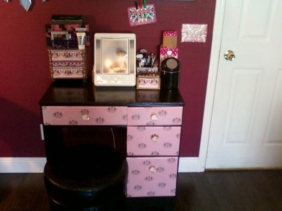 Compact-Feminine-Makeup-Vanity-Table 20 Unbelievable Make-up Self-importance Desk Concepts Interior