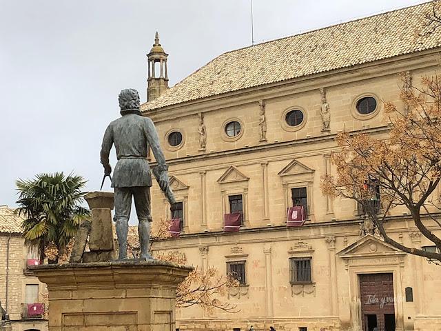 Vandelvira mira su palacio