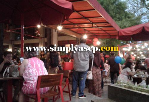 COZY : Penulis sempat mengabadikan suasana RedZone Cafe Pontianak menjeang sore hari yang ramai pengunjungnya hari itu. Foto Asep Haryono
