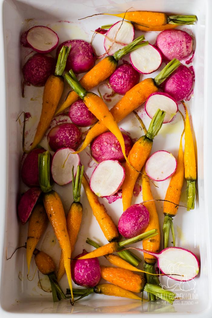 Wiosenna tarta z młodą marchewką, rzodkiewką, serkiem i salsą z naci