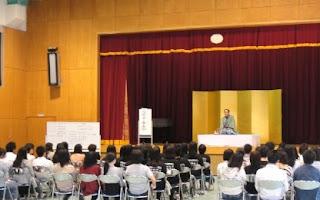 看護学校での三遊亭楽春講演会 「笑いと健康」の風景。