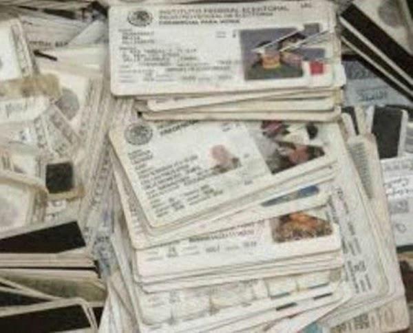 Encuentran miles de credenciales de elector, en la casa de representante priísta