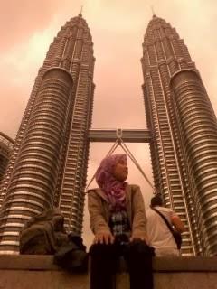 "<a href=""url gambar""><img alt=""travelling petronas twin tower kuala lumpur malaysia"" src=""urlgambar"" title=""traveling petronas twin towers kuala lumpur malaysia"" />"