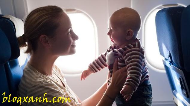 Hướng dẫn thay tã cho bé khi đi máy bay
