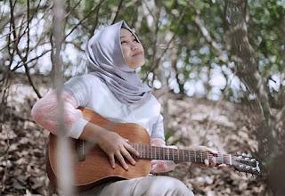 Dhevy Geranium Bawa Gitar
