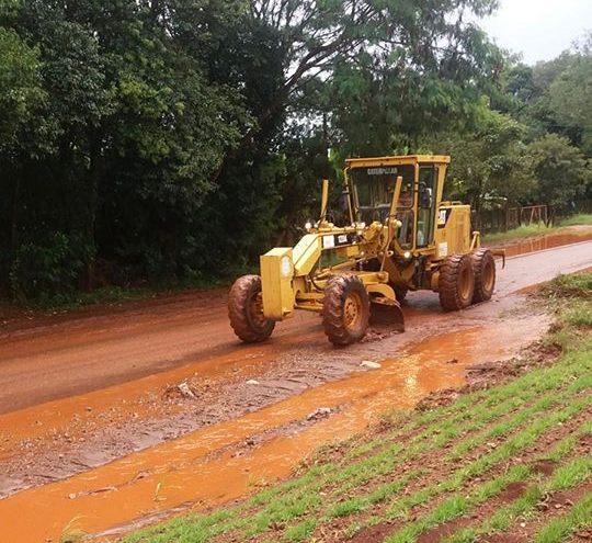 Forte chuva em Roncador nesta segunda-feira leva pedra e lama para o asfalto