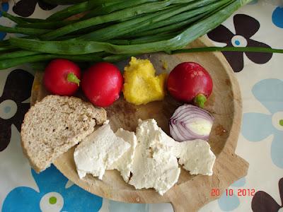 ridichi rosii, ceapa verde, branza si mamaliga