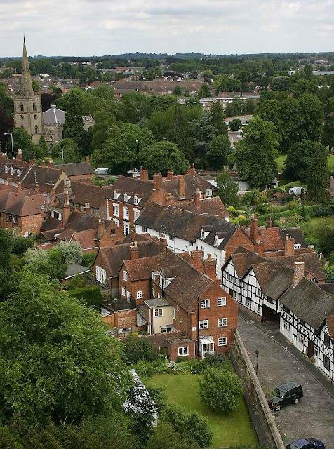 Rua de casas populares em Warwick, vista da torre do castelo