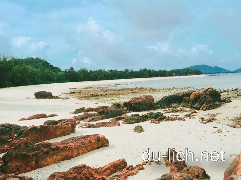 Hình ảnh bãi đá trên đảo Cô Tô con