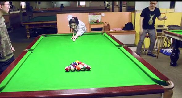 Sekali Jebret Wanita Ini Bisa Buat Para Pemain Billiard Kaget