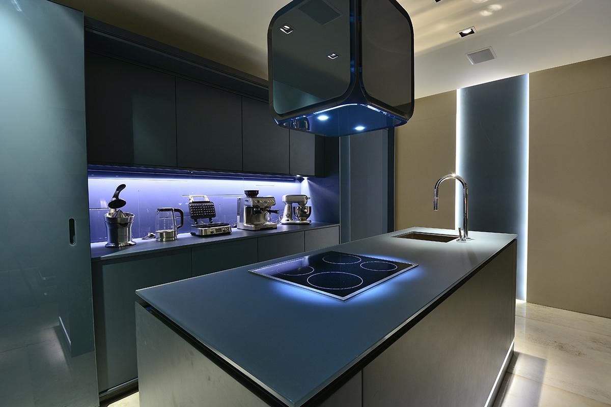Cozinha monocromática azul apresentada na Casa Cor RS 2016. Notem que  #3C528F 1200 800
