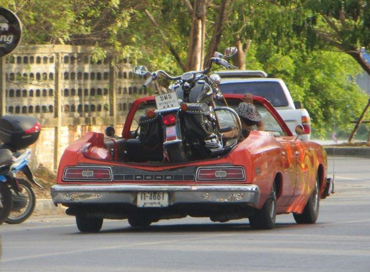 Мотоцикл в легковой машине