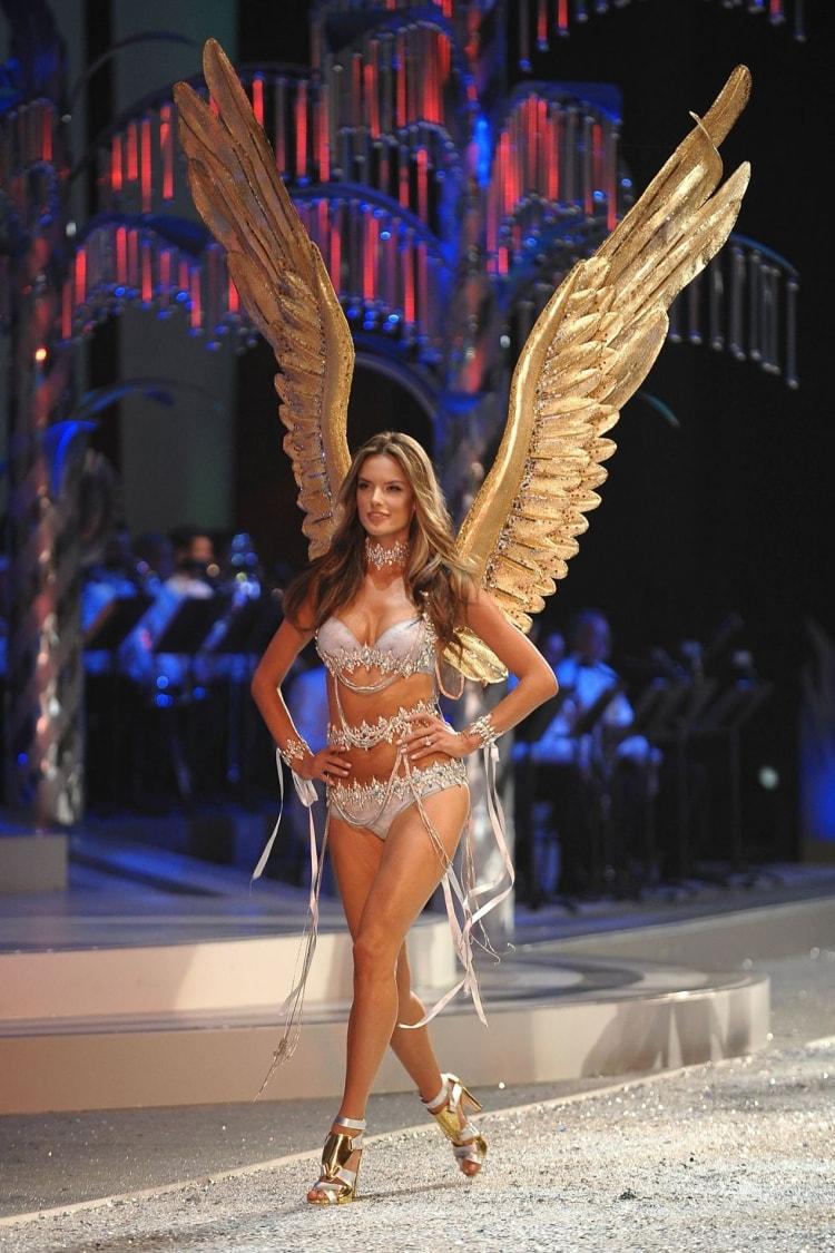 Alessandra Ambrosio: Đôi cánh thiên thần Victoria's Secret 17 năm cuối cùng cũng hạ xuống -9