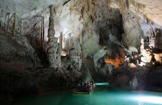 Cruzando en bote el interior de la cueva de Jeita