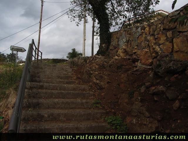 Ruta de Priañes: Indicador en Priañes para ir al mirador de los meandros del nora