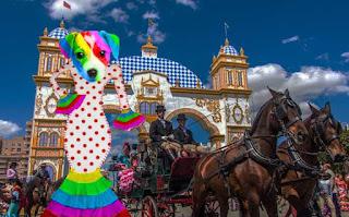 El perro arcoíris sonríe en Cice en la Feria de Abril