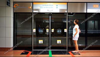 đứng sau vạch giới hạn MRT Station Singapore