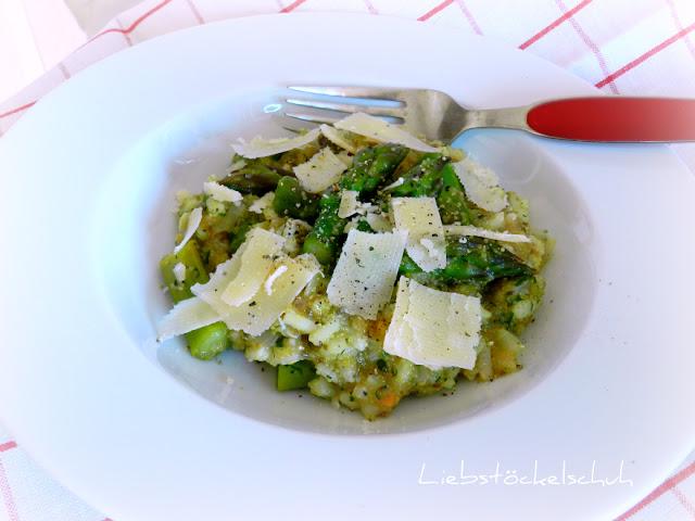 Risotto mit grünem Spargel, Amaranth, Chiasamen und Parmesan