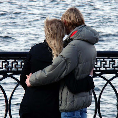 beautiful-happy-couple-standing-and-seeing-river-sea