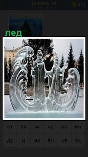 на улице сделаны ледяные фигуры деда мороза и снегурочки