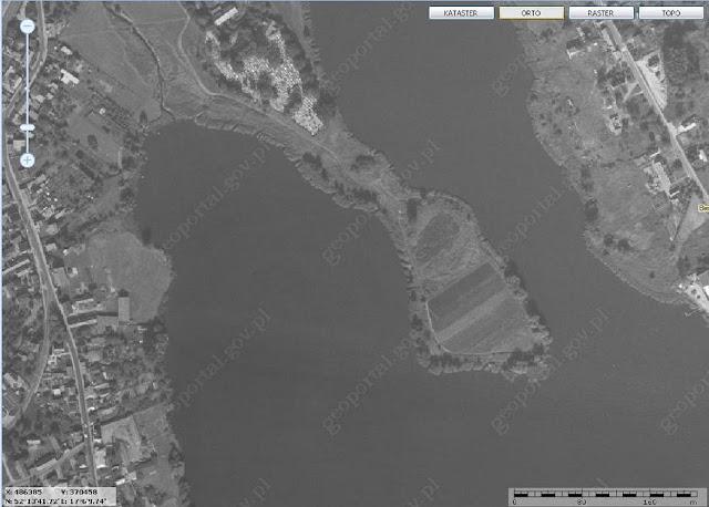 Piastowskie grodzisko na półwyspie Szyja, we wsi Bnin, dziś dzielnica Kórnika - zdjęcie lotnicze z geoportalu