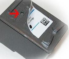 Remover las etiquetas del cartucho de tinta HP 56 Negro.
