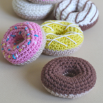 https://translate.googleusercontent.com/translate_c?depth=1&hl=es&prev=search&rurl=translate.google.es&sl=en&sp=nmt4&u=https://helloyellowyarn.com/2016/01/11/how-to-crochet-donuts-free-pattern/&usg=ALkJrhgVlEh9Qx1cY9oGP0V69DvwdQ_IHQ