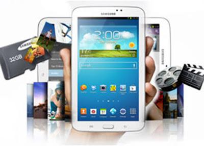 Spesifikasi Samsung Galaxy Tab 3 7.0    Sama seperti seri Galaxy Tab, lagi-lagi Samsung meletakkan 2buah lubang speaker disisi bawah bodi. Peletakan speaker pada bagian tersebut tentu akan membuat keluaran suara jadi kurang merata.   Logo Samsung diletakkan pada sisi atas layar yang menandakan bahwa posisi default tablet ini adalah portrait. Bagian belakang masih dengan material plastik glossy yang mudah meninggalkan bercak jari.   Tombol power di bagian kanan diletakkan berdampingan dengan tombol pengatur volume. Berbeda dengan Tab 8, Tab 7 inci ini tidak dibekali dengan port inframerah yang biasanya dipakai untuk aplikasi remote control. Pada ruas kiri terdapat slot SIM card dan MicroSD. Sedangkan pada bagian bawah, Samsung berbaik hati membekalkan port micro USB sebagai ganti port khusus Samsung yang sebelumnya sering dipakai pada tablet besutan Samsung sebelumnya.                  Kelebihan       Preinstalled Polaris office     DLNA     S-Voice     Group Play  Kekurangan     Prosessor Dual core untuk harga 3 jutaan     Kamera tanpa lampu flash     Tidak ada multiwindow   Spesifikasi   CPU : Dual-core 1.2 GHz Cortex-A9. GPU : PowerVR SGX540. Chipset : Marvell PXA986.  OS : Android 4.1.2 (Jelly Bean).   RAM : 1 GB  Memori Internal : 8 GB/16 GB.  Memori External : MicroSD Up to 64 GB  Kamera Depan :  1.3 MP.