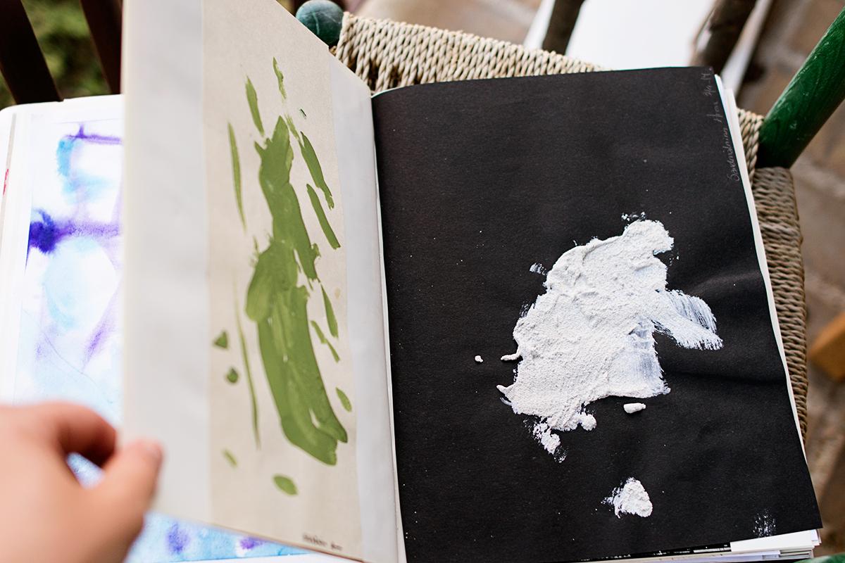 En begagnad bok får husera barnens stora och små konstverk
