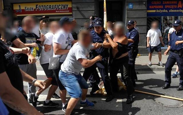 """еред нападників були особи в футболках """"Всепольської молоді"""""""