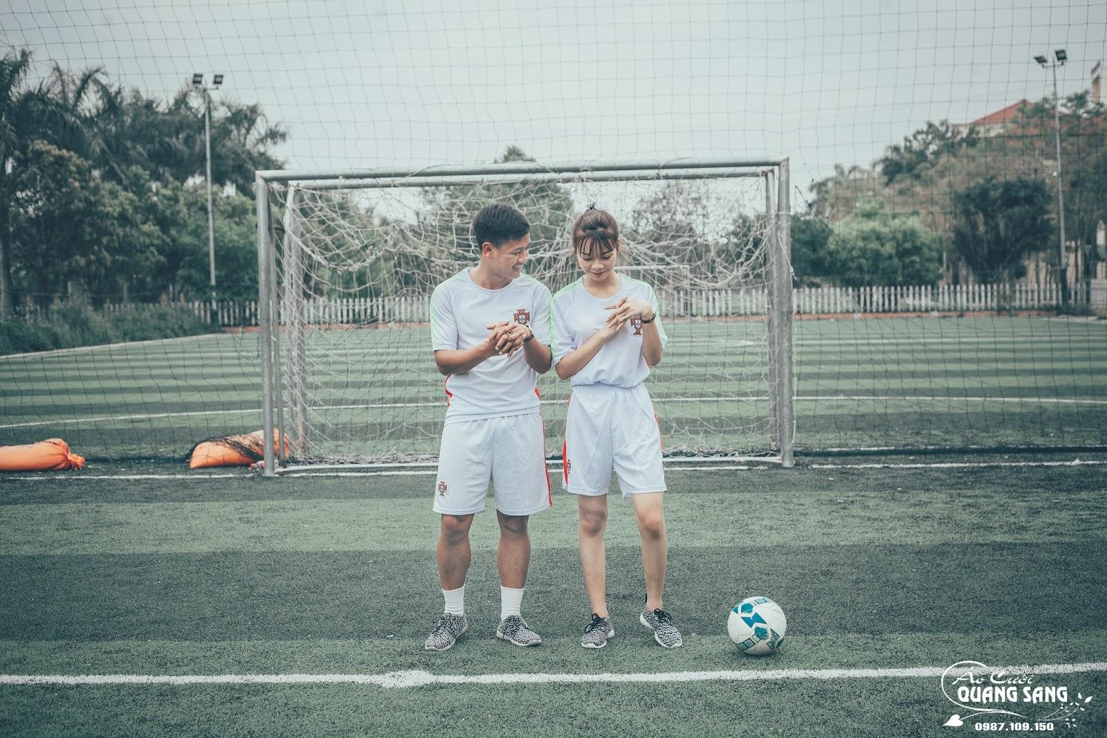 Bộ ảnh ở sân bóng sinh động, độc đáo và cũng không kém phần ý nghĩa của hai người được thực hiện ngay trên sân cỏ Lương ngọc Hoàng thường đến tập ...