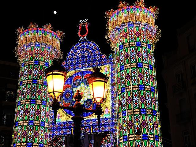 Ruas de Valência iluminadas para Las Fallas