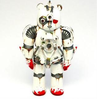 Robot retro color blanco hecho con objetos metálicos reciclados