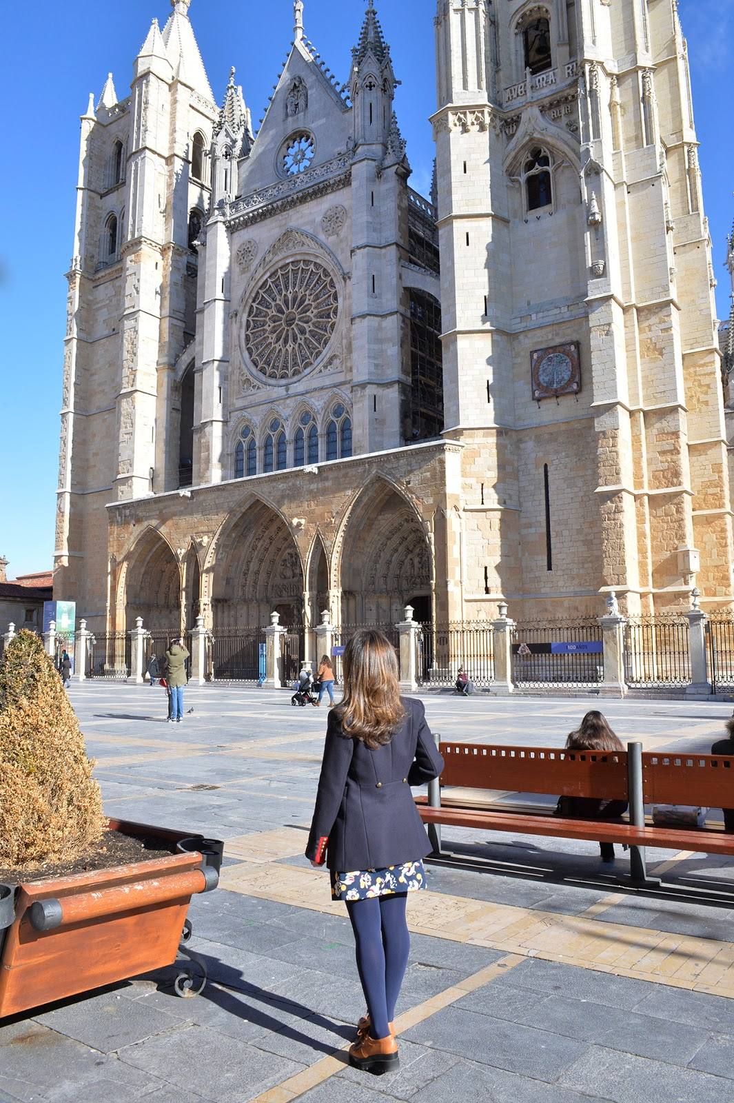 teacher outfit travel tommy hilfiger dot skirt catedral leon españa girl traveling solo