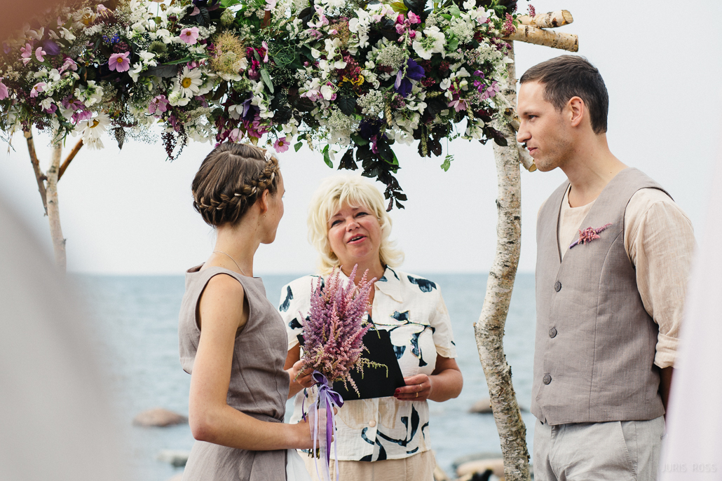 brīvdabas kāzu ceremonija pie jūras