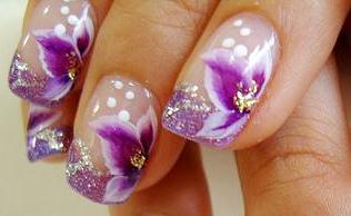 Foto de uñas con diseño de flores para una linda ocasión