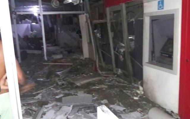 Área interior de uma das agências ficou completamente destruída (Foto: Reprodução/TV Bahia)