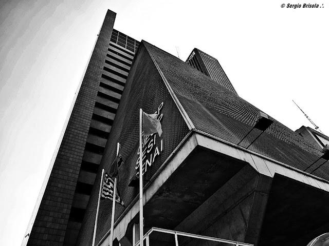 Fachada e lateral do Edifício FIESP na Avenida Paulista