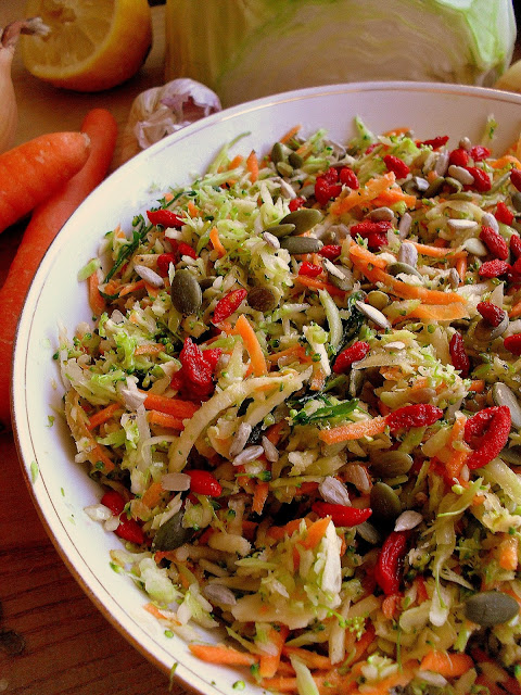 Surówka z brokułem i pestkami / Broccoli salad with seeds