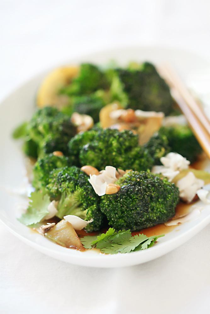 Yakitori-Brokkoli mit geschmorten Zitronen, Erdnüssen und Koriander à la Mosch Mosch | Arthurs Tochter kocht. von Astrid Paul