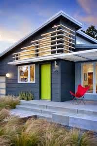 Memag warna cat tembok kadang menipu, pemilihan cat yang tepat terkadang dapat menghadirkan kesan tertentu bagi bangunan rumah, seperti terlihat lebih sejuk, terlihat lebih lebar, atau terlihat lebih tinggi.