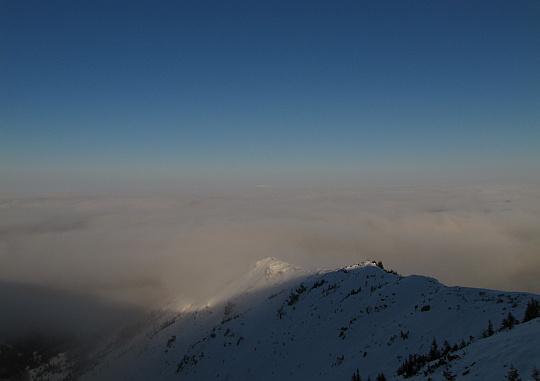 kupniów Upłaz ze zbocza Wielkiej Kopy Królowej. Na horyzoncie widoczny jest czubek Babiej Góry.
