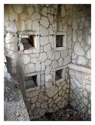 Forte Monte (Mollinary): Die Kellerwände mit den Schießscharten