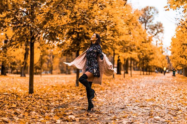 Kozaki za kolano w połączeniu z sukienką w kwiatowy motyw  - Czytaj więcej