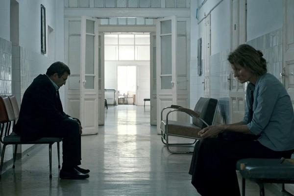 The alienated couple Romeo Aldea and Magda in a bland corridor with a sense of entrapment