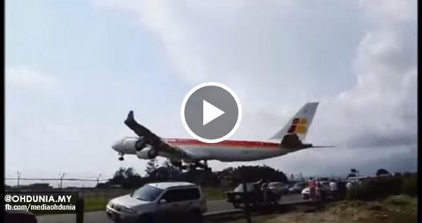 Pesawat Airbus bergesel dengan pagar keselamatan ketika mendarat