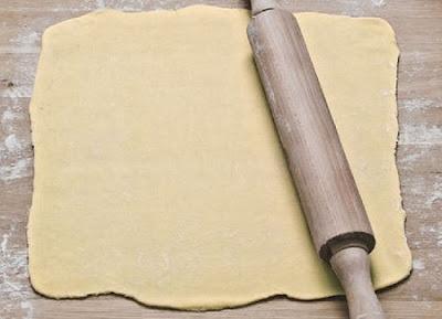 Masa básica  para pastas caseras, estirada con un palote de amasar encima