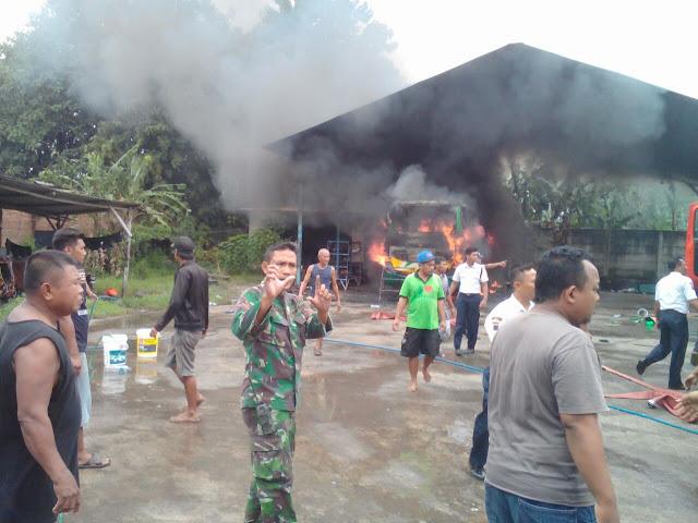 Bus Terbakar di Trangkil, Anggota TNI dan Warga Bantu Padamkan Api