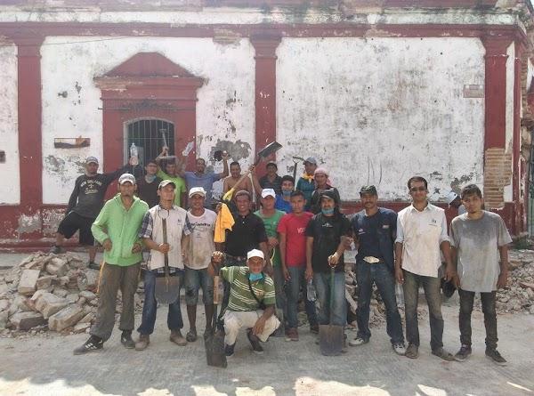 Migrantes centroamericanos se solidarizan con México y ayudan en labores de rescate
